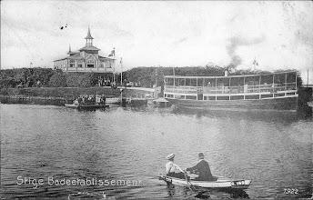 Photo: Ca. 1900 - 1910 Odense Kanal ved Stige Badeetablissement. Odense Stadsarkiv