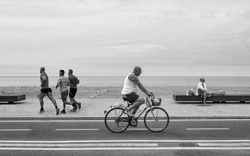 Chi corre,  chi pedala, e chi sta a guardare ..  di Giancarlo Lava