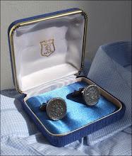 Photo: Dans leur étuis, une paire de boutons de manchette aux couleurs de la liqueur des Chartreux ! Création Augis.  Un objet promotionnel qui montre bien que la Chartreuse est aussi une question d'élégance... (merci à PFG)