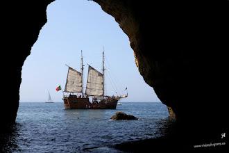 Photo: Barco pirata avistado desde la impresionante Cueva de Benagil, en el Algarve portugués... Benagil, Algarve portugués.
