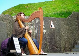 Photo: Kelttiläinen nainen soittaa harppua Moherin kallioilla. Tina Mulrooney esiintyy. Kuuntele näyte tästä: http://youtu.be/Um68RrC16WQ