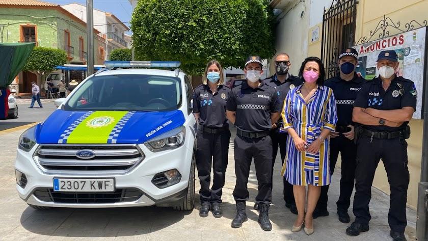 La alcaldesa de Cantoria con agentes de la Policía Local.