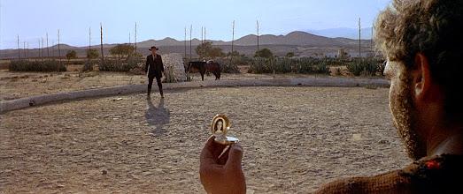 """Photo: O uso da música diegética de Ennio Morricone. Ouvimos a música """"La Resa dei Conti"""" quando o personagem de Gian Maria Volontè abre o relógio no duelo final de """"Por uns Dólares a Mais""""."""