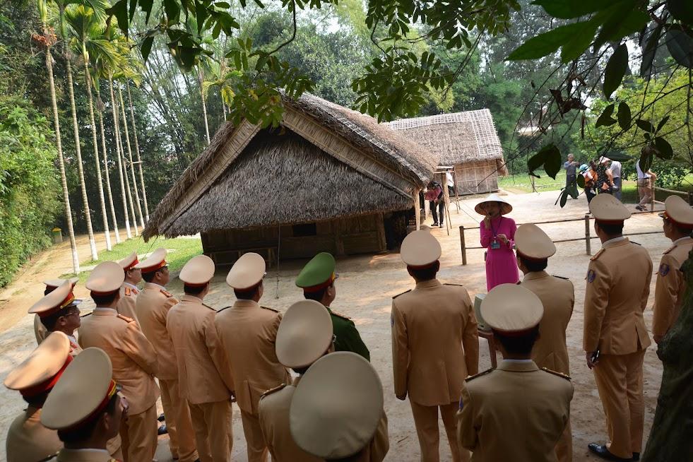 Tham quan quê nội của Chủ tịch Hồ Chí Minh