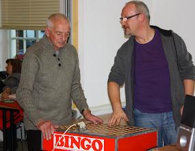 Photo: Kerst inloopmiddag 20 december van de BOOJZ in het Huis van de Buurt Jordaan & Gouden Reael. Jan Bosman en Michel zetten de bingo klaar.