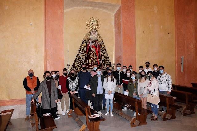 La juventud de la Hermandad del Prendimiento junto a la hermana mayor, María del Mar Marín, y ante la Virgen de la Merced.