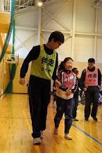 Photo: アイマスクの女子生徒と歩くひろや