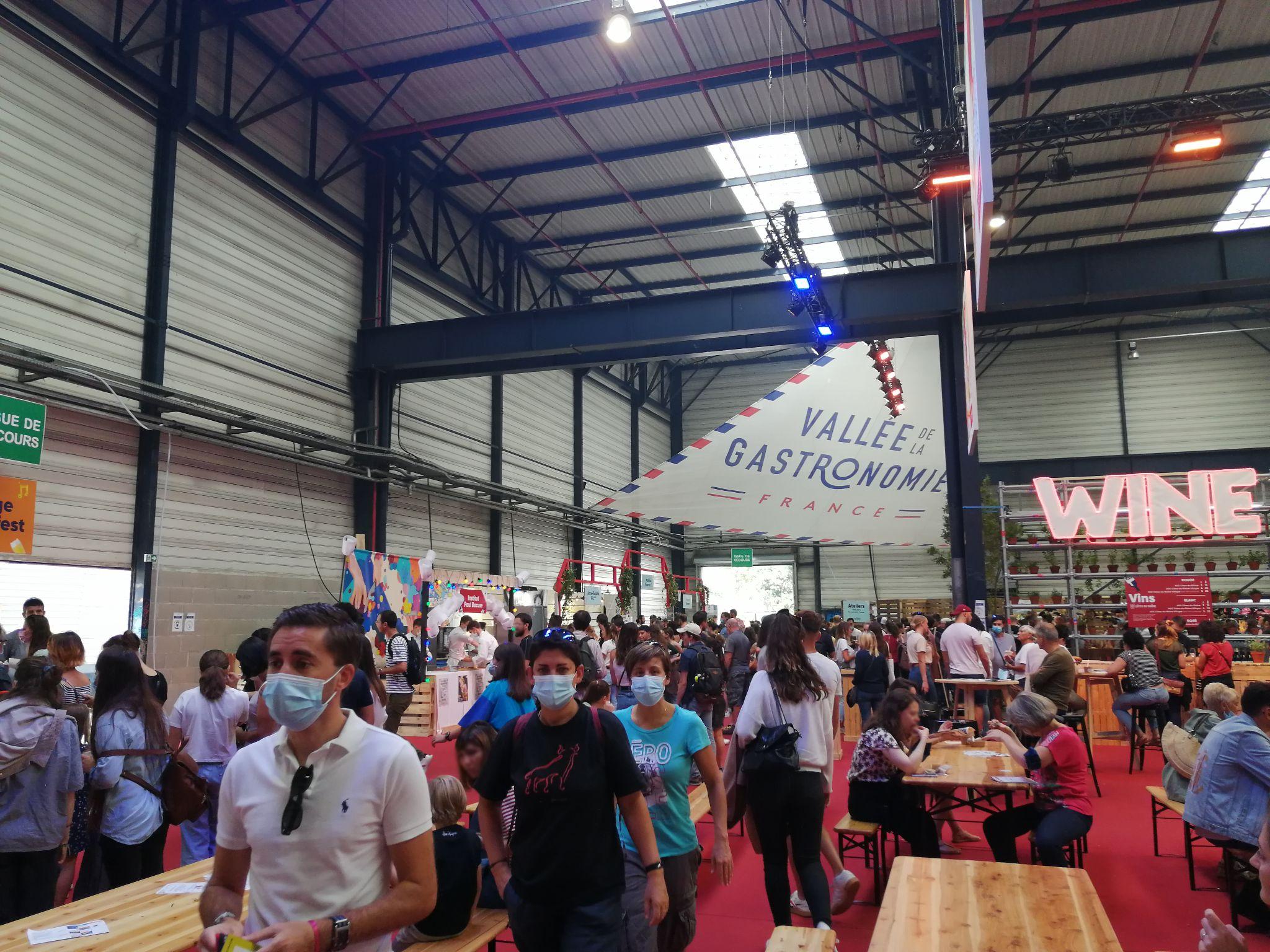 photo lors du Lyon Street Food festival 2021. Espace de restauration avec divers stand et tables.