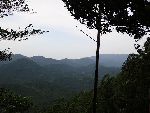 山頂手前の展望地から(右奥に本宮山)
