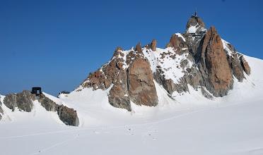 Photo: Vista del refugio de la Aiguille du Midi y el plateau de la Vallé Blanche desde la Punta Lachenal. Foto Ch