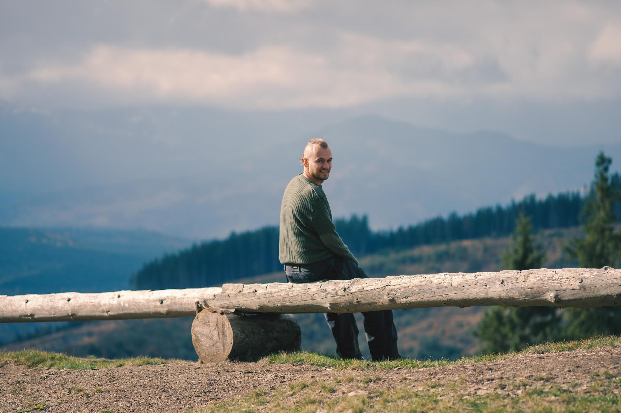 Ілля дивиться на гори