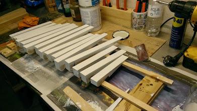 Photo: Alle bundstokke får en gang epoxy-grunder før montering.
