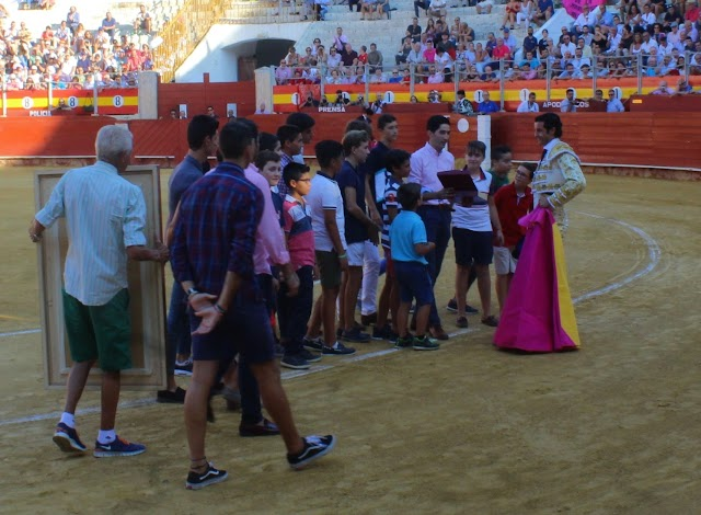 Ruiz Manuel junto a los alumnos de la Escuela Municipal Taurina de Almería que dirige.