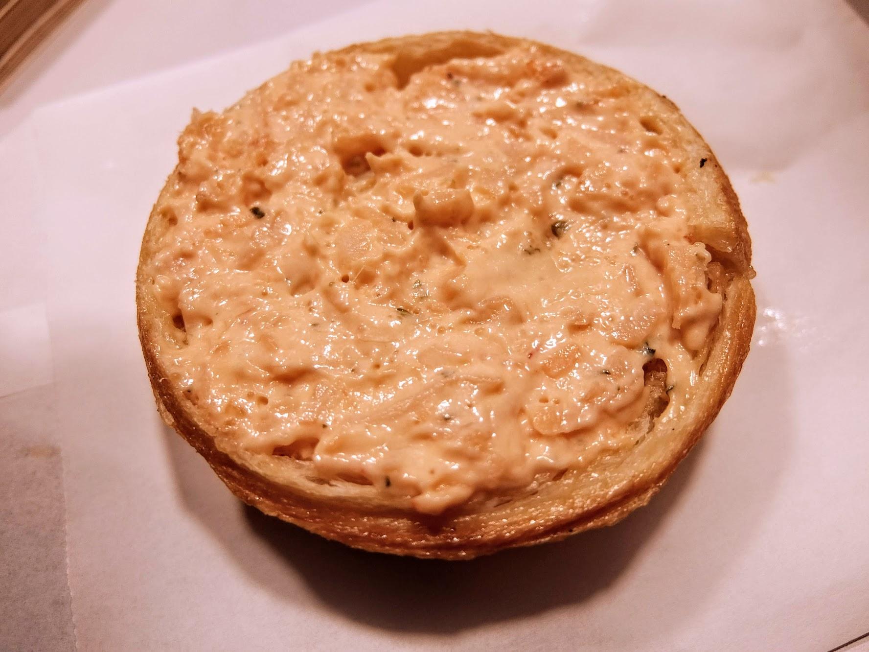 龍蝦沙拉是鹹的口味,中間就是抹上這種沙拉囉! 帶著一點芥末的口感,但如果跟珍奶相比,珍奶口味比較讓人回味
