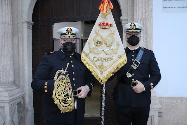 Francisco Javier Fernández junto al banderín de la Banda del Carmen.