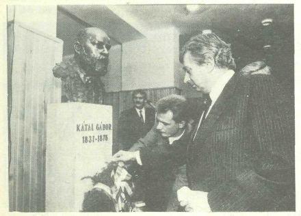 Antall József megkoszorúzza Kátai szobrát