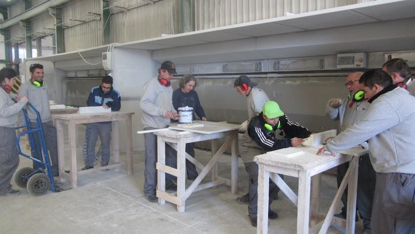 Trabajos en un taller de mármol, una fuente de riqueza para Macael y comarca.