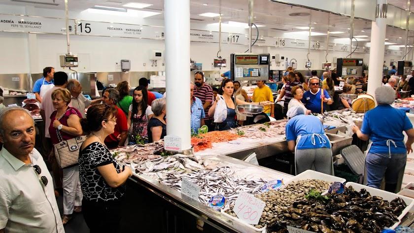 Puestos  de pescado y marisco en la pescadería del Mercado Central donde se vende género fresco de la bahía.