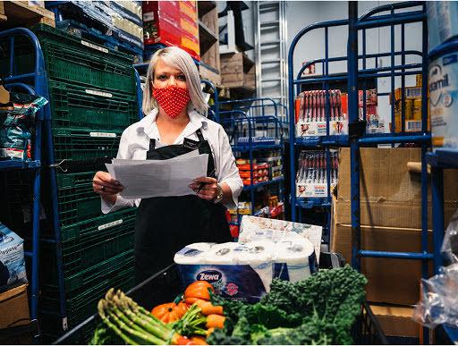 Lebensmittel werden in Kisten verpackt