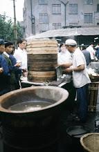 Photo: 11006 上海/自由市場/包子(パオズ)を蒸す