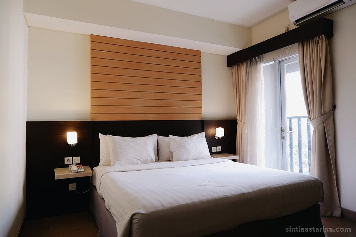 kamar tidur dengan kasur yang empuk di ara hotel gading serpong
