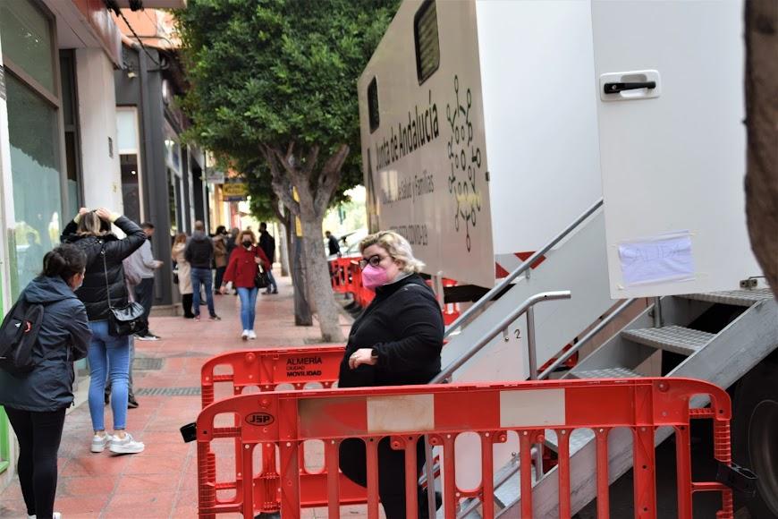 Bastantes ciudadanos se han realizado los test en la unidad móvil de la calle Granada.