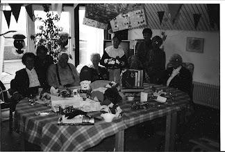 Photo: Rechts mijn moeder. De activiteiten heeft ze altijd geweldig gevonden in Agnes.   Derde van links dhr. Wijker, hij heeft het naar zijn zin met de dames. Leuke dingen maken voor het Sint Nicolaas feest.