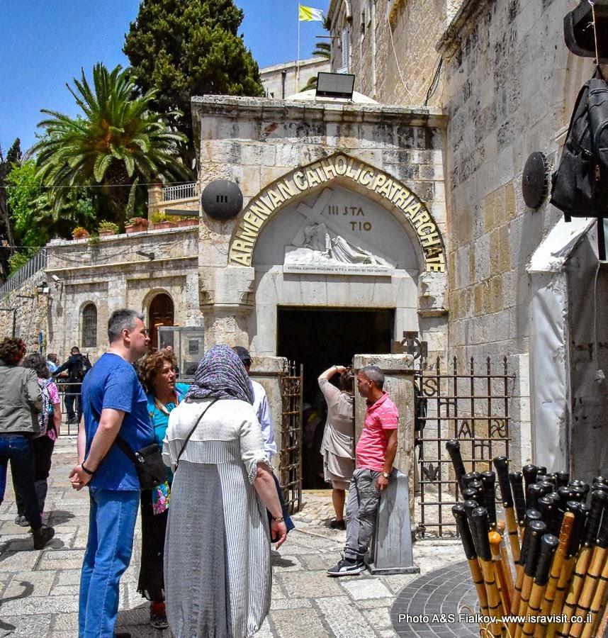 Третья и четвертая станции или стояния Крестного пути. Иерусалим. Старый город.  Улица Виа Долороза. Экскурсия в Иерусалиме.