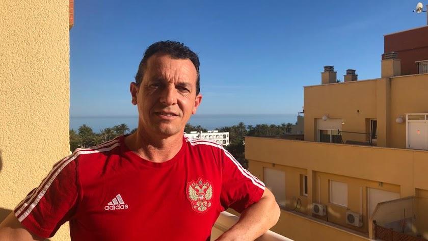 Paulino Granero posa para LA VOZ desde la terraza de su casa en Aguadulce.