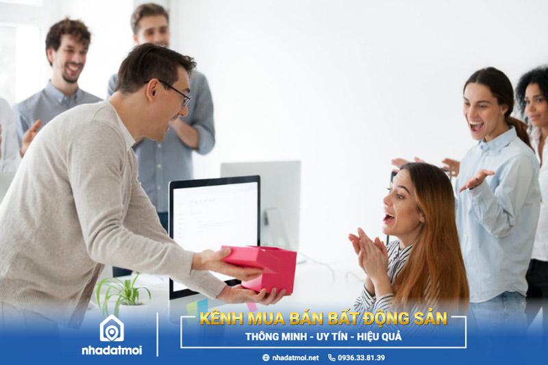 Tặng quà và chúc Tết sếp giúp bạn gây ấn tượng đặc biệt với sếp