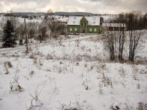"""Photo: Docieram do Uniemyśla. Uroczej wsi, gdzie ... pogonił mnie pies... :/ Ale to osobna historia. Wieś została założona przez Czechów, a wzdłuż jej centrum przepływa górski potok o wdzięcznej nazwie """"Szkło""""."""