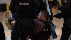 La Policía se lleva a uno de los manifestantes.