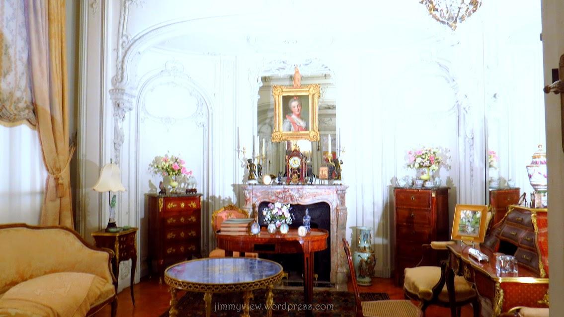 The lady's powder room.