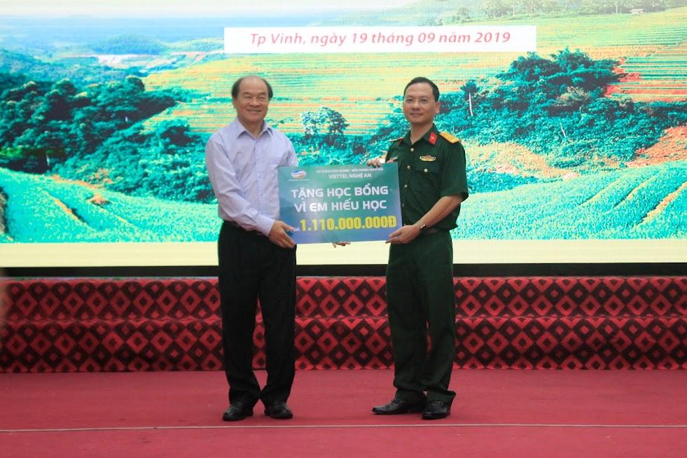 Giám đốc chi nhánh Nghệ An Viettel trao số tiền tài trợ 1,11 tỷ đồng năm học 2019-2020 cho Hội Khuyến học tỉnh