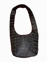 Photo: Sac Léo vert.  Sac à bandoulière, fermeture par lacets 2 poches extérieures zippées, 1 poche intérieure zippée. Taille: 30x21x14 cm  Prix: 35 €.