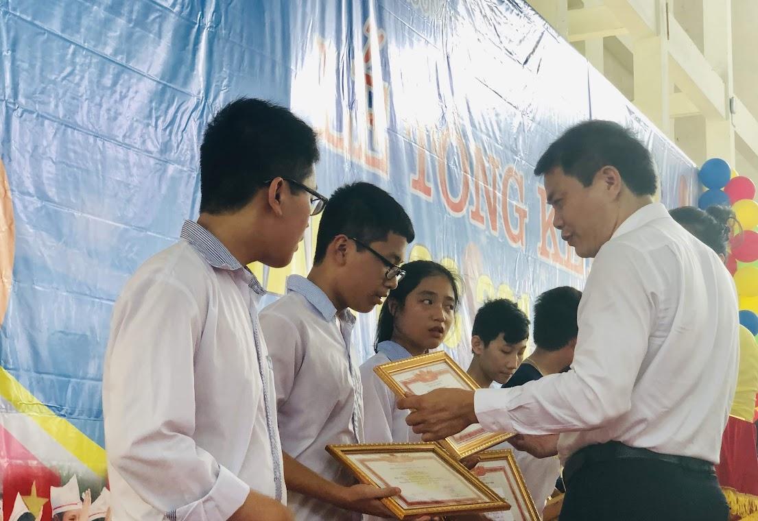 Trao phần thưởng cho các học sinh xuất sắc
