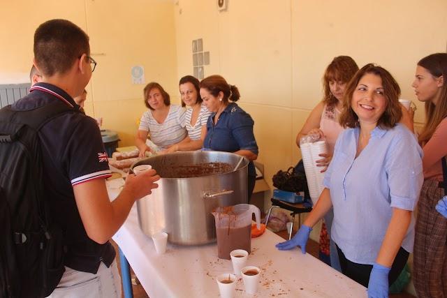 La AMPA fue la encargada de preparar el desayuno con chocolate y bizcochos.