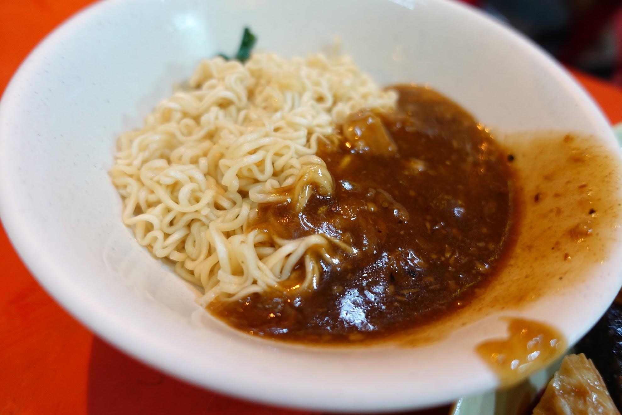 本來想說點個王子麵要來加肉燥的,結果發現特製沙茶醬太特別太好吃,就加來拌麵XD