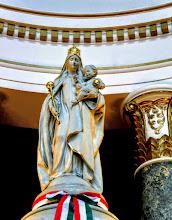 Photo: Hazaisajátság, hogy a Magyarok Nagyasszonyának elterjedt ábrázolása szerint a Szűzanya fejét a tizenkét csillagú korona helyett a magyar Szent Korona díszíti, kezében (vagy a karján ülő gyermek Jézus kezében) az országalma és a jogar látható.