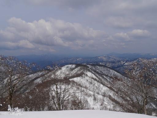 尾根を振り返る(左にホノケ山・足谷山など)