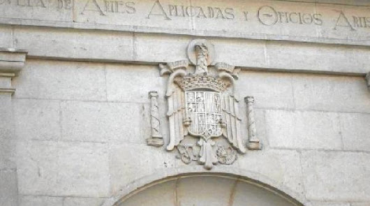 Escudo ubicado en la entrada de la Escuela de Artes.