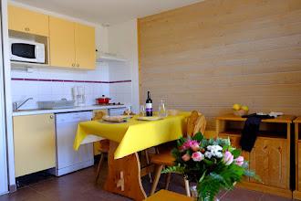 Photo: Aperçu du coin cuisine & salle à manger d'un appartement d ela résidence le Clos des Fontaneilles