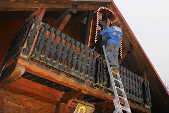 Photo: Po barvanju križa smo namestili strehico 30.11.14.