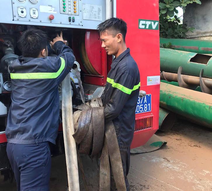 Cảnh sát PCCC&CNCH triển khai chữa cháy.