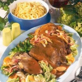 Burgunderbraten mit Wirsing-Möhren-Gemüse und Butter