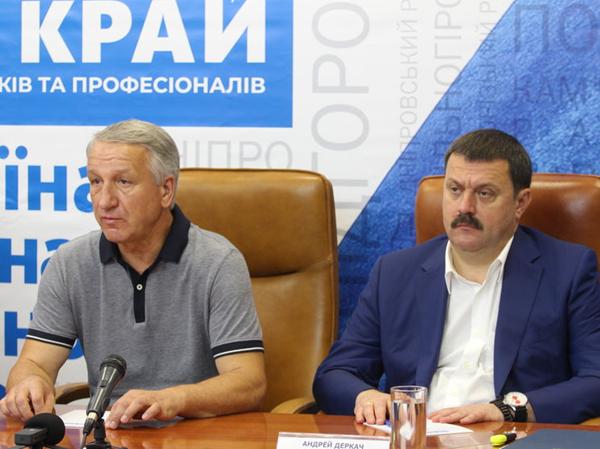 Іван Куличенко та Андрій Деркач, який є фронтменом «Нашого краю». Нардеп представляє команди на місцевих виборах у регіонах