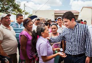 Photo: Muy atento, el Ministro Henao Cardona atendió las inquietudes de algunas familias, que también recibirán la llave de su casa próximamente.