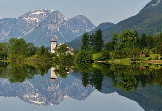 Photo: Schloss Grundlsee und die Höhen des Toten Gebirges.