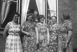 Photo: Adrie, Trien, Jannie, Miep en Cor en achter het raam Nel en Wim Verhoeks