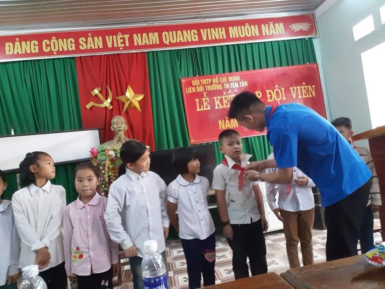 Tổ chức kết nạp đội viên cho các em nhỏ